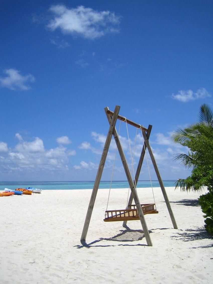 Balançoire sur l'île Velavaru aux maldives