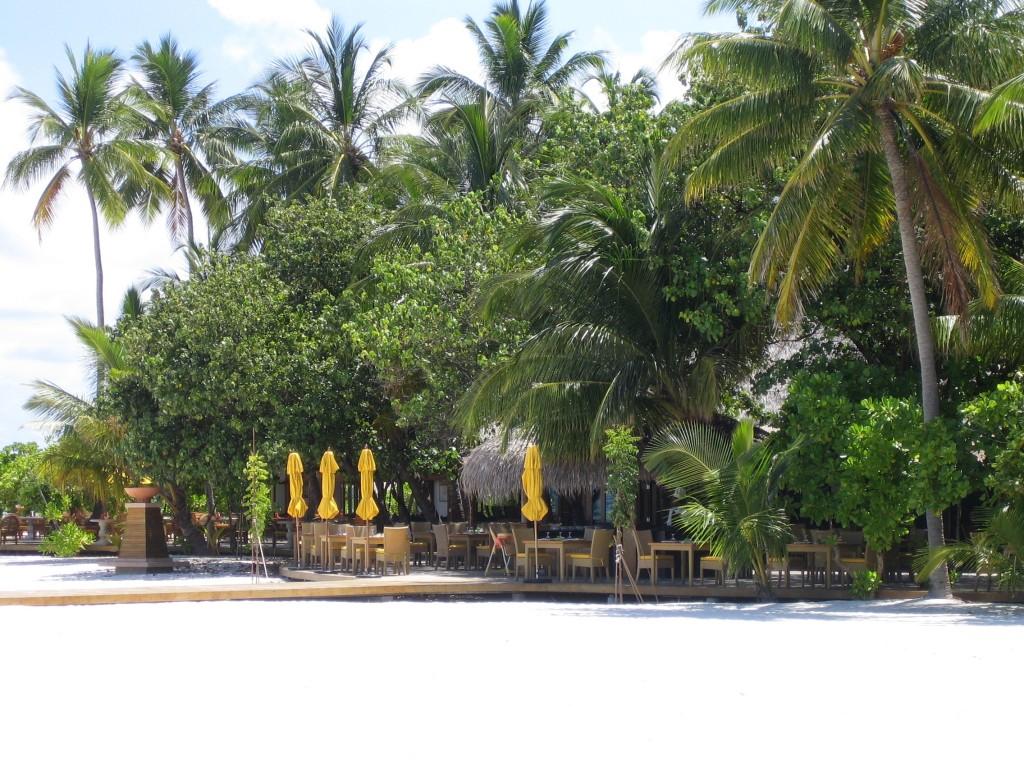 Restaurant sur l'île de Velavaru aux Maldives