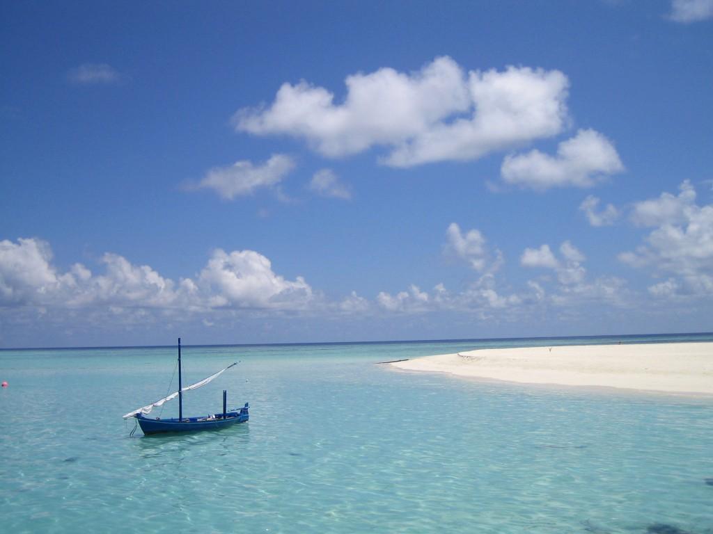 bateau sur l'île de velavaru aux maldives