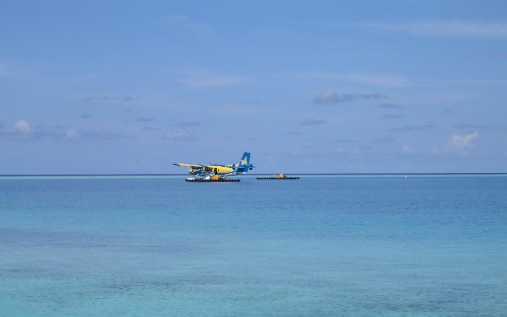 hydravion sur l'île de Velavaru aux Maldives