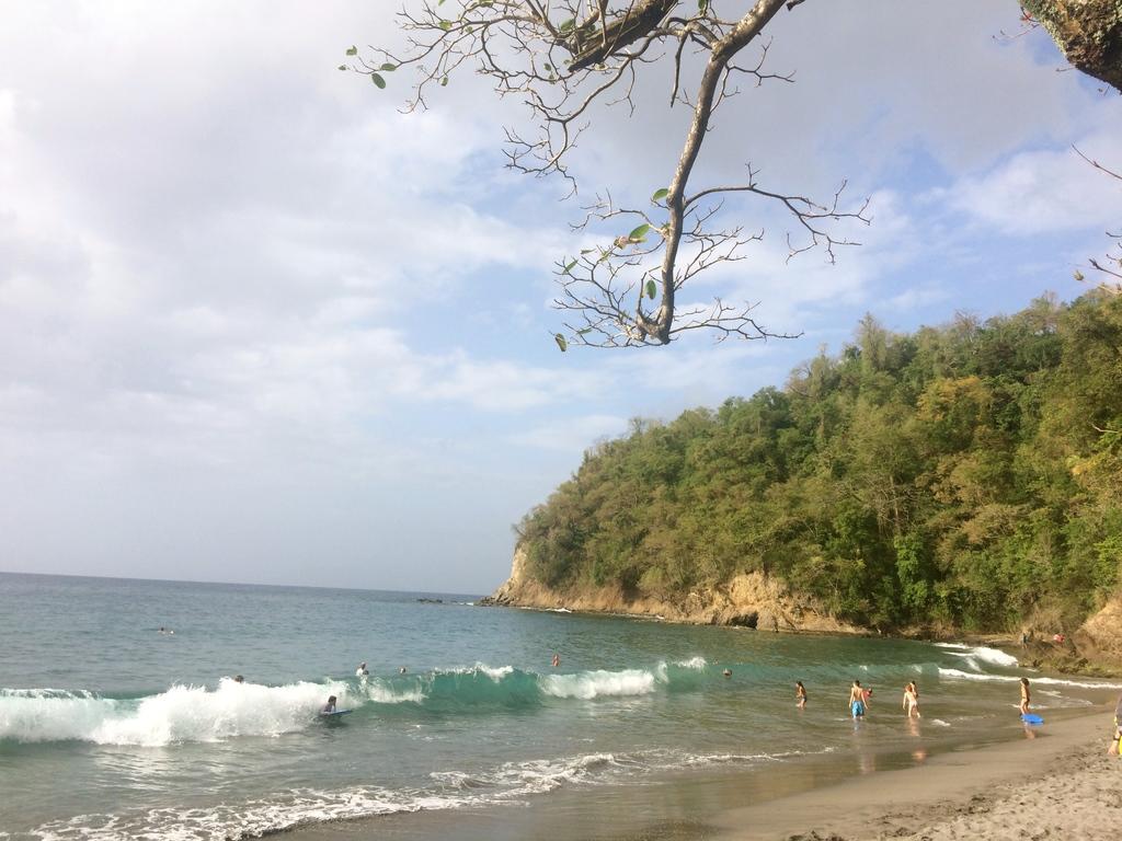 Plage sauvage de sable noir à Anse Couleuvre en Martinique