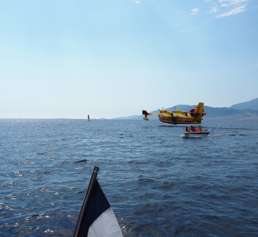 canadair dans la Baie de Porticcio