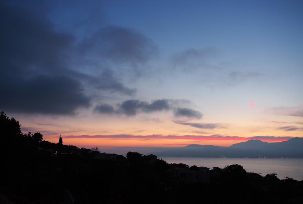 Soleil couchant et vue sur la baie d'Ajaccio et les îles Sanguinaires