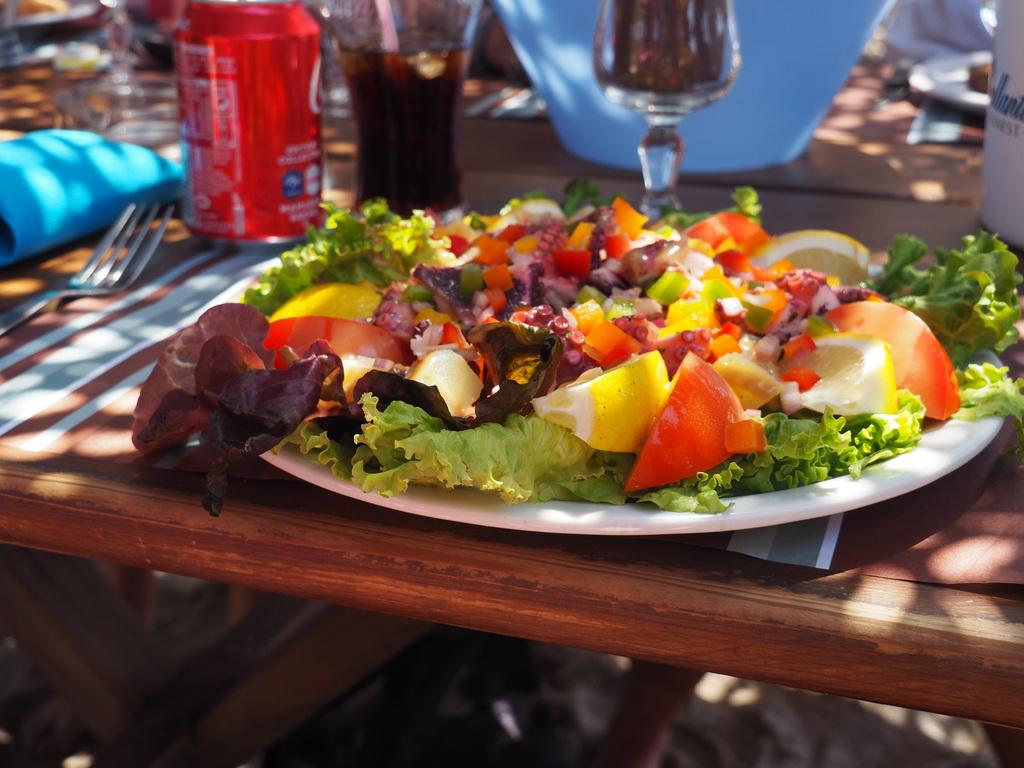 Méga salade du Restaurant Lagon Bleu à Cala d'Orzu en Corse