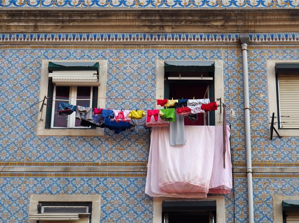 Linge à la fenêtre dans le quartier de l'Alfama à Lisbonne