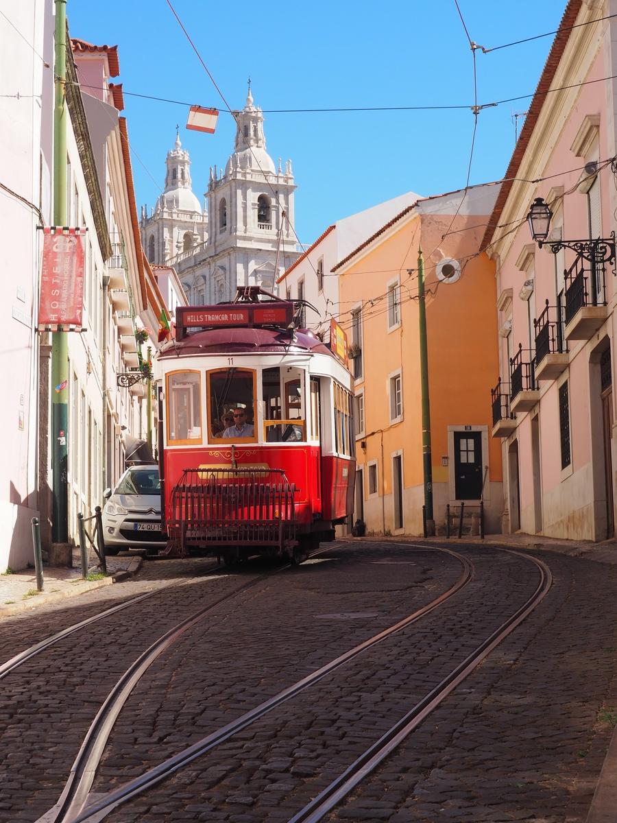 Tramway dans l'Alfama à Lisbonne