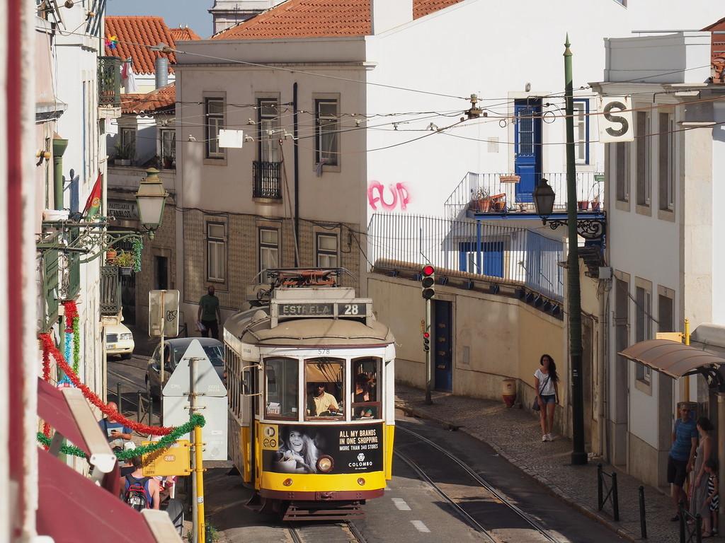 Tramway 28 rua da Escolas Gerais dans l'Alfama à Lisbonne