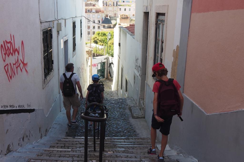 Dans les rues de l'Alfama à Lisbonne
