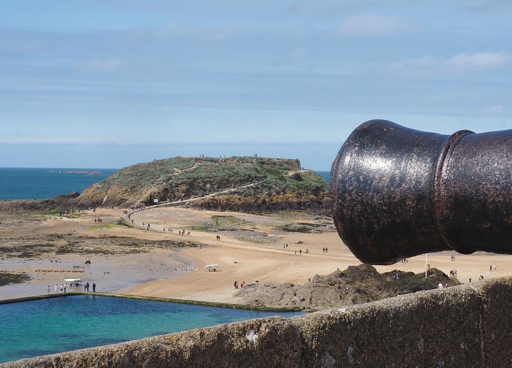 Vue des remparts de Saint-Malo sur la piscine Bon Secours