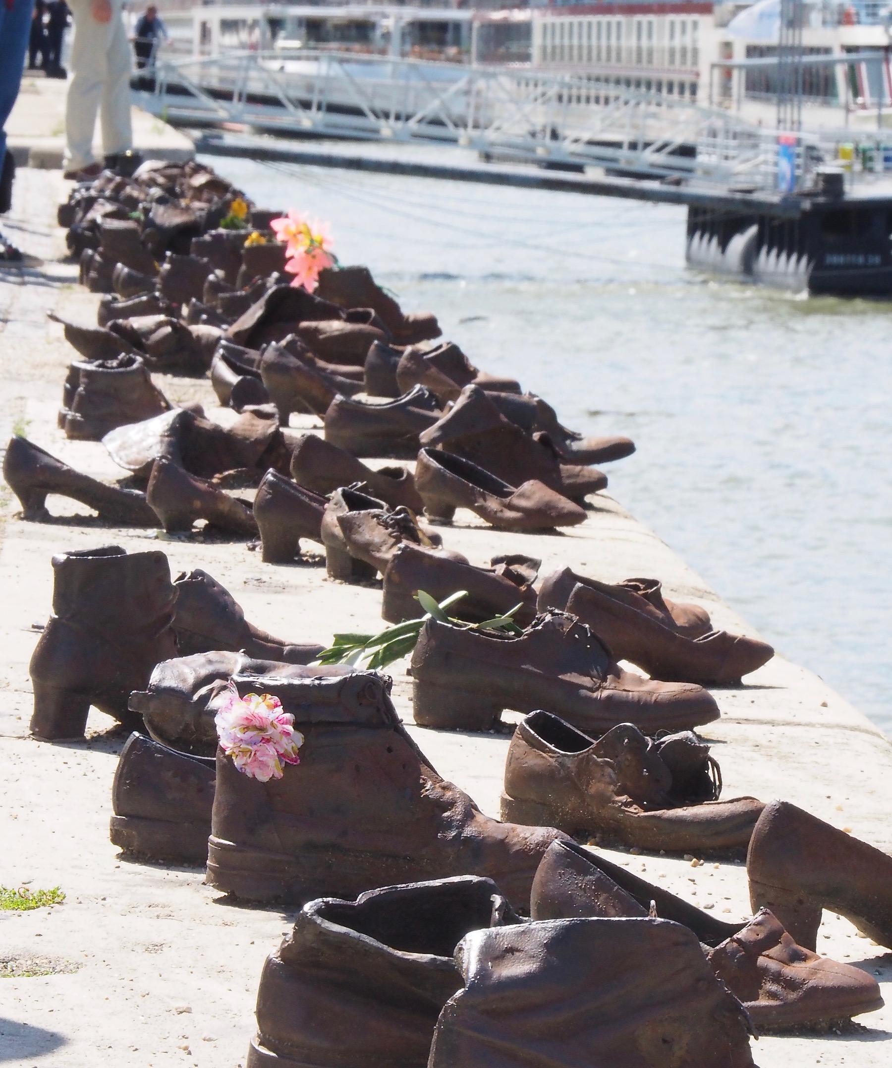 Visite de Budapest en famille, itinéraire sur 5 jours - Chaussures au bord du Danube -