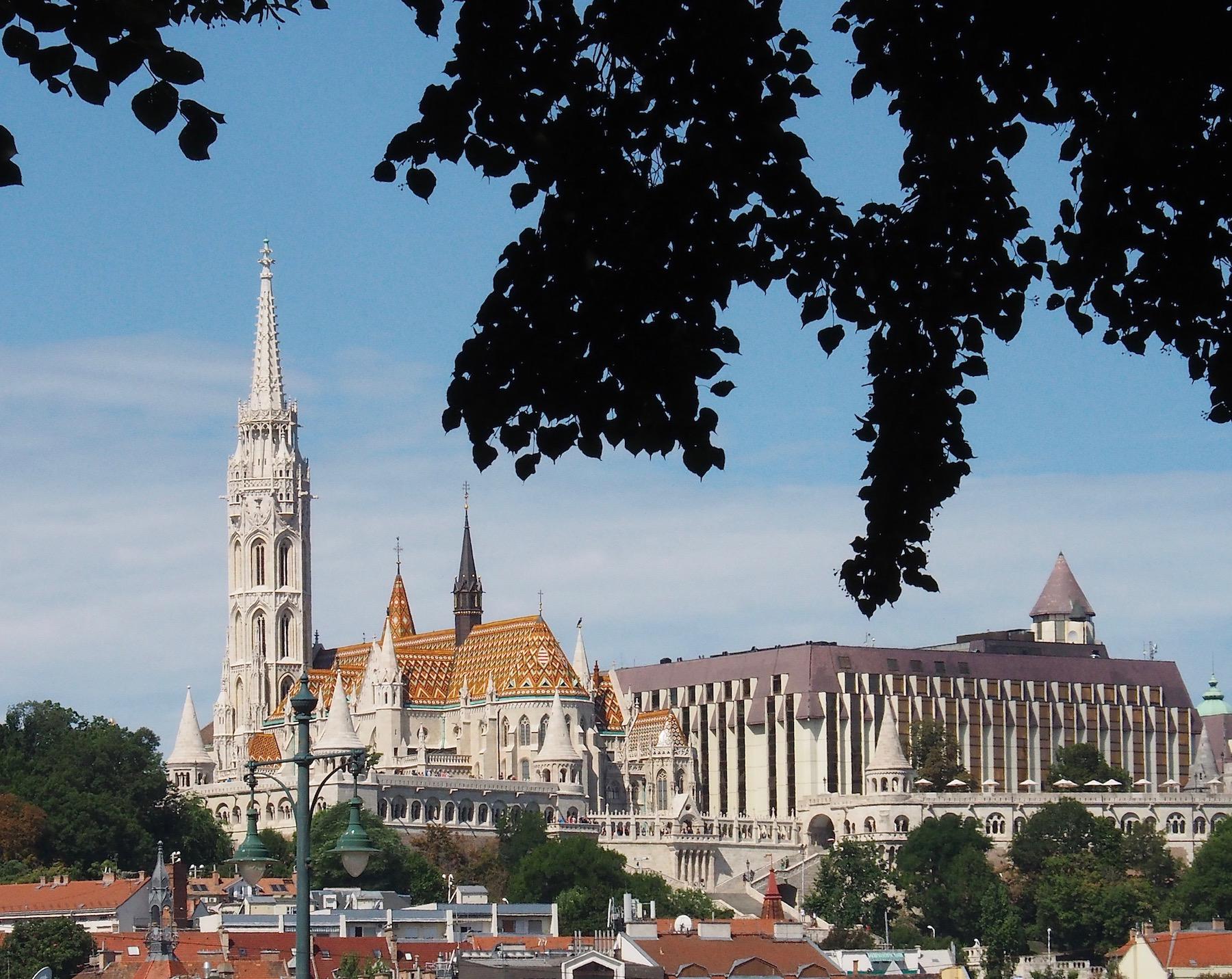 Visite de Budapest en famille, itinéraire sur 5 jours - Promenade le long du Danube - Buda vue de Pest - Bastion des Pêcheurs