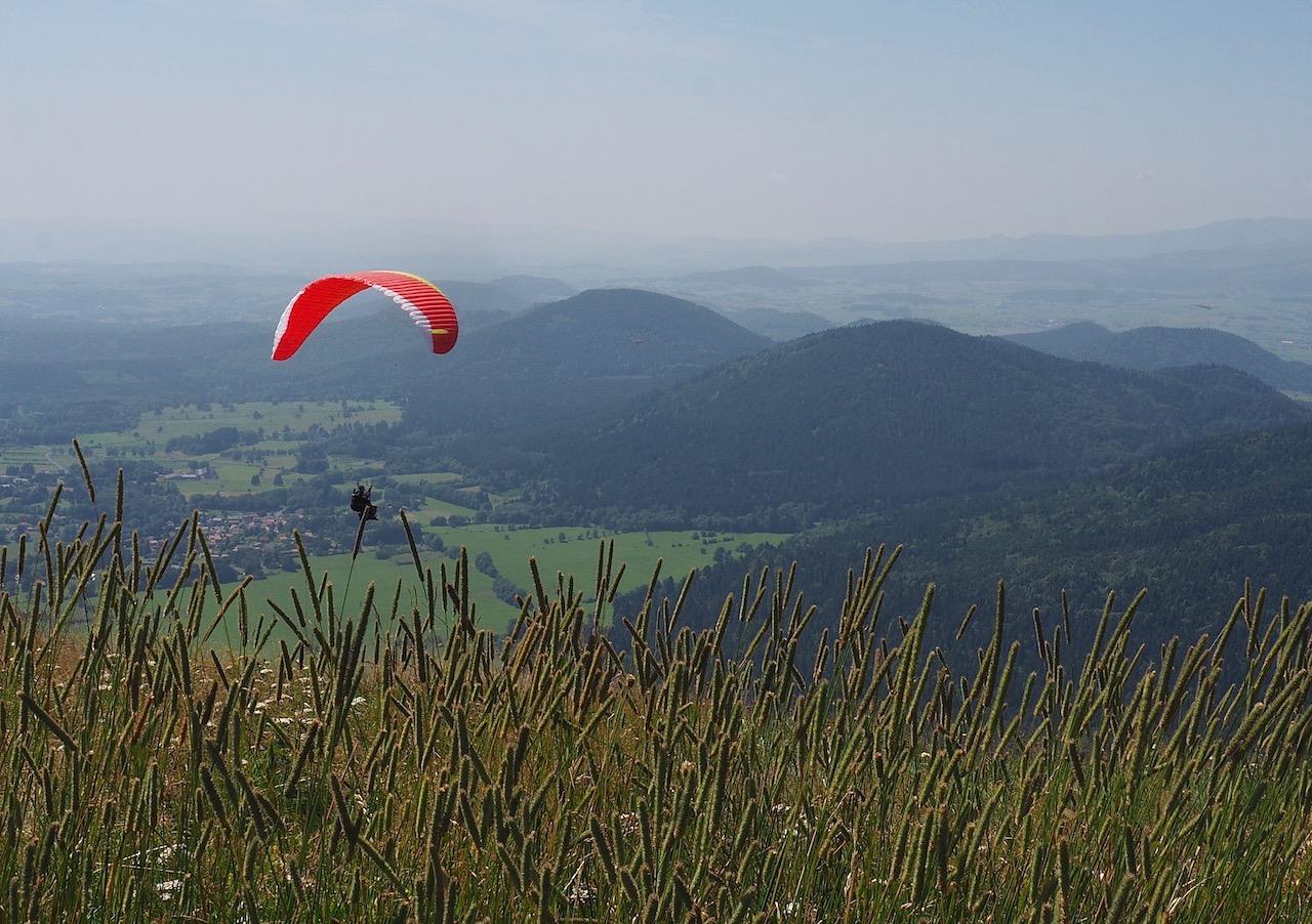 Auvergne-Puy-de-Dôme : vue sur la chaîne des Puys et ballet de parapentes