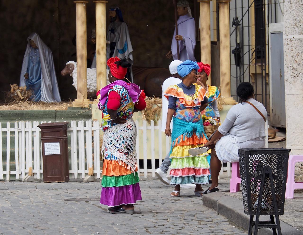 3 jours à la Havane - La Habana Vieja - femmes en costume traditionnel