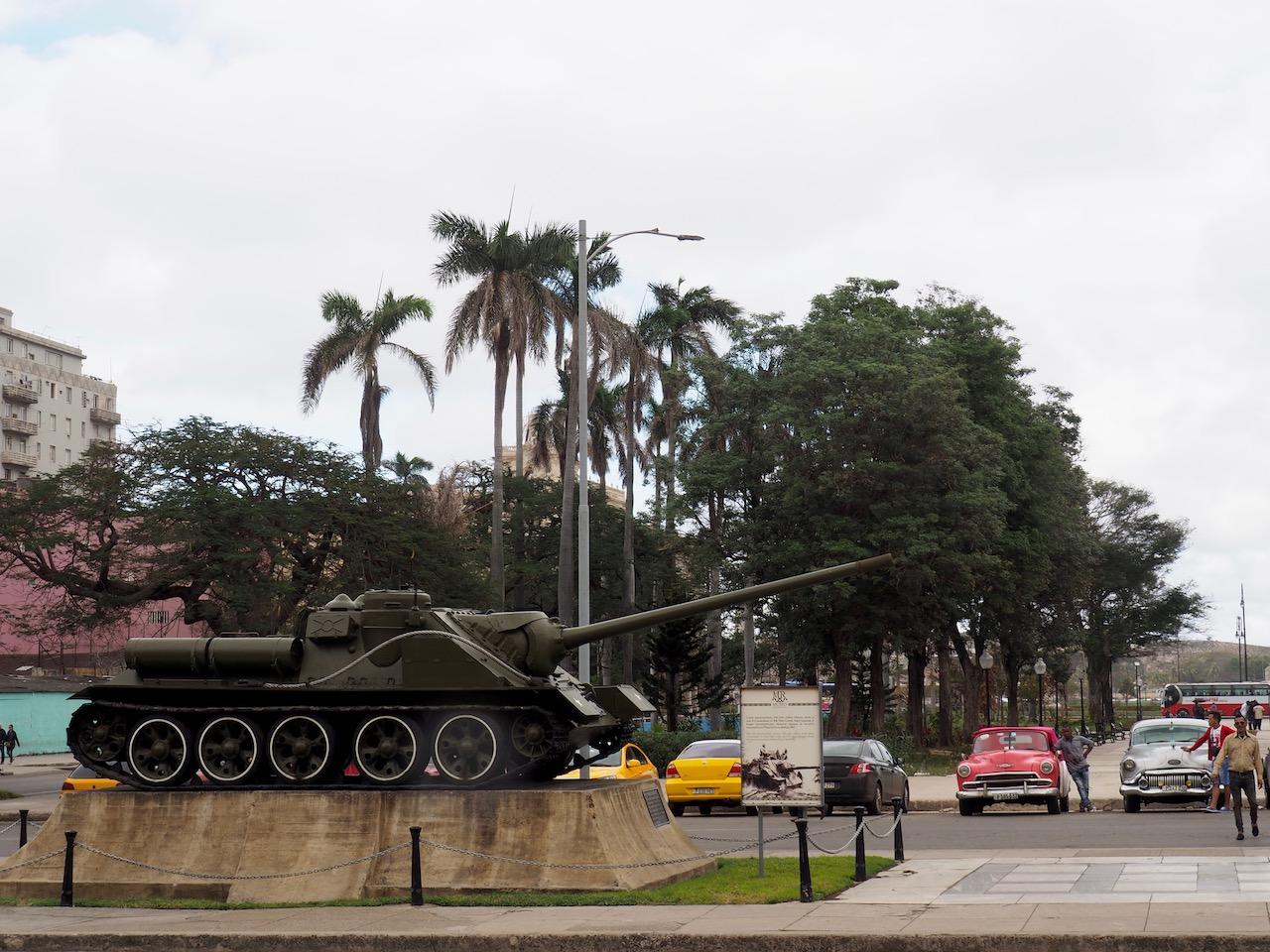 3 jours à la Havane - Char devant le musée de la Révolution