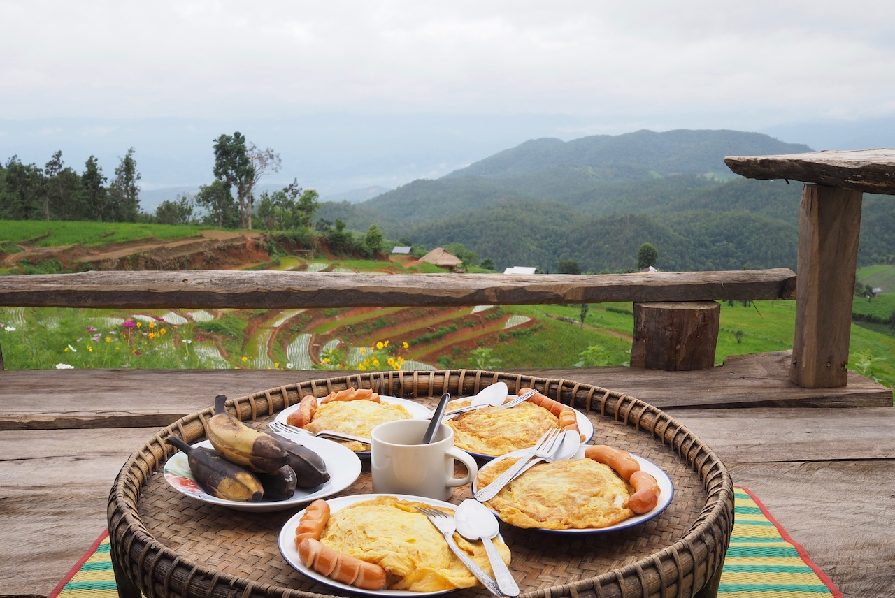 Une nuit dans les rizières de Ban Pa Pong Pieng dans la province de Chiang Mai : petit-déjeuner avec vue de notre guest house