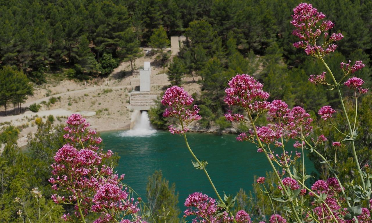 Vue sur l'amont du barrage de Bimont