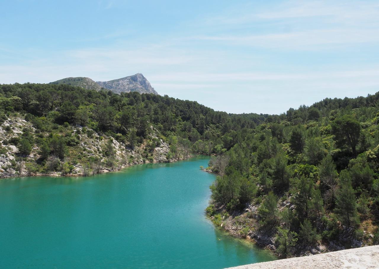 Vue sur l'amont du barrage de Bimont avec la montagne Sainte-Victoire
