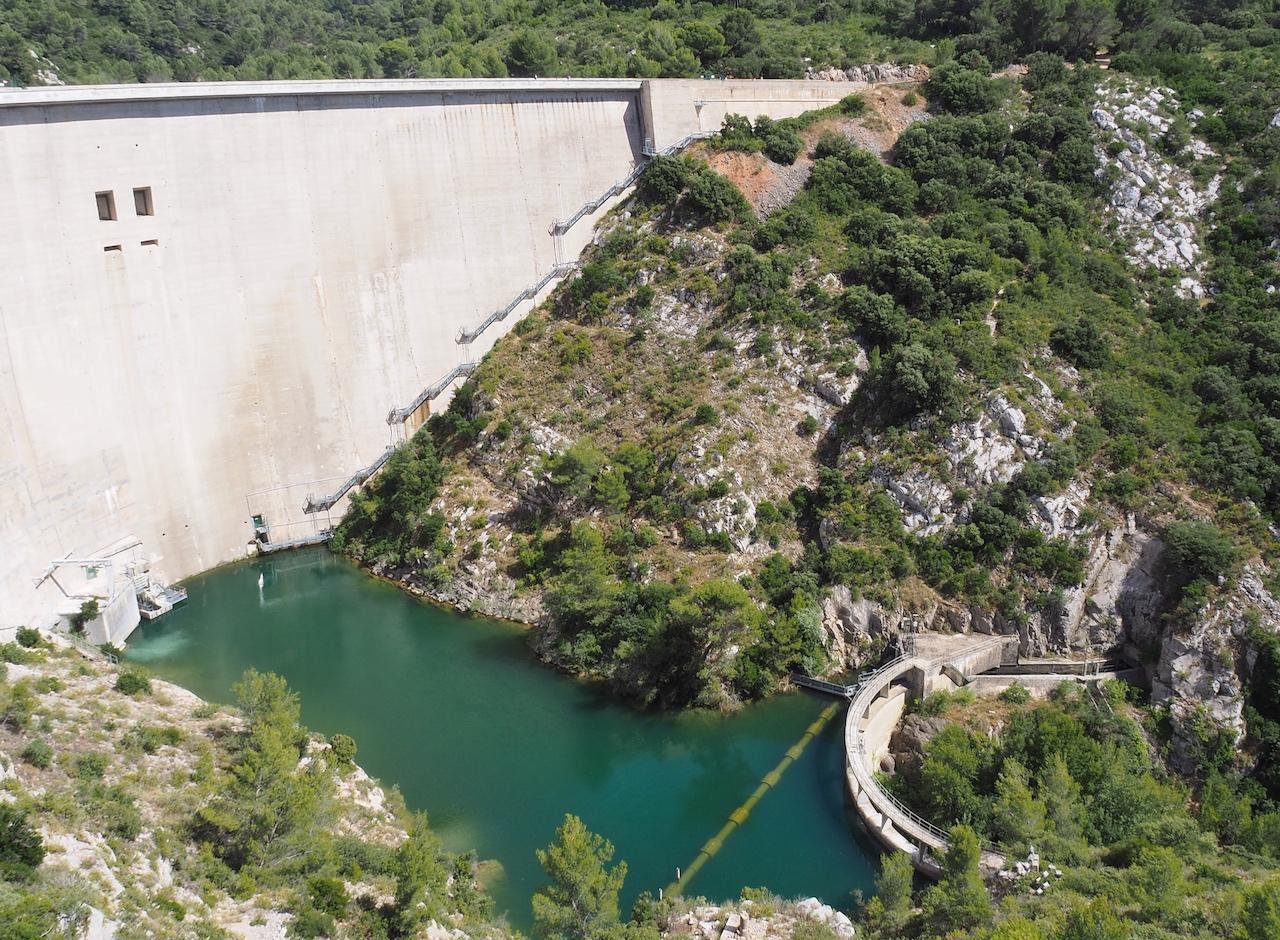 Vue sur l'aval du barrage de Bimont
